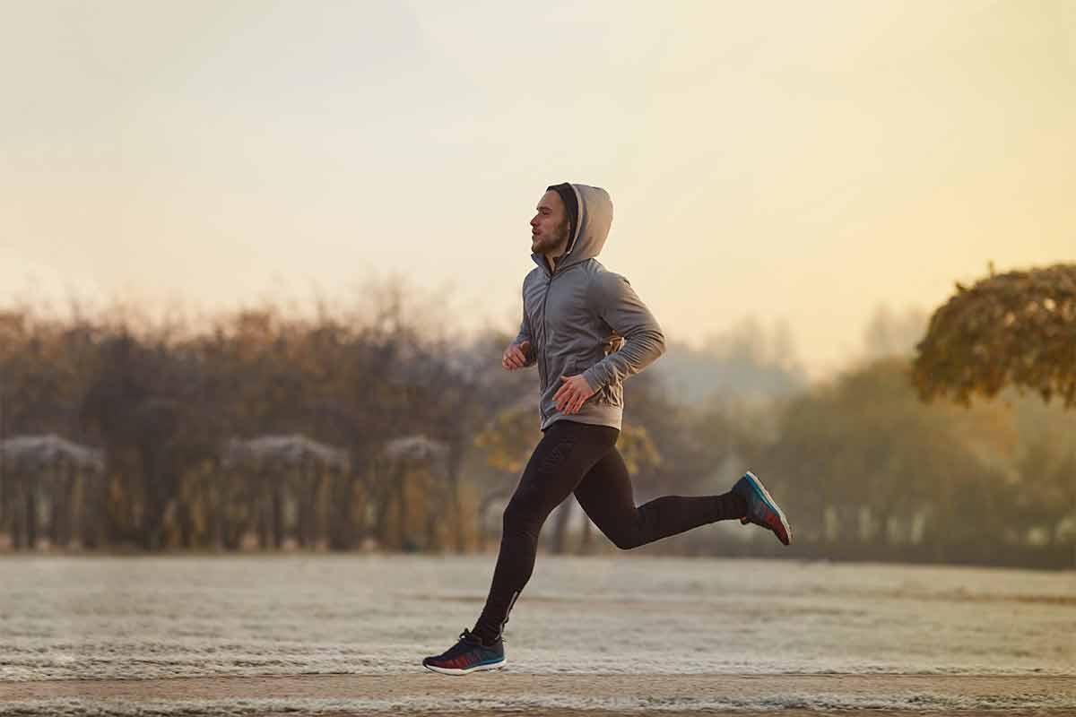 Ein Mann läuft im Winter